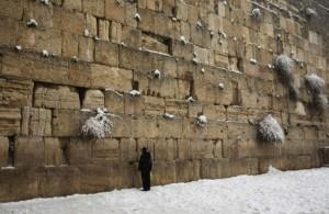 un-uomo-prega-presso-il-muro-del-pianto-luogo-di-preghiera-sacro-del-giudaismoorig_main-755x515